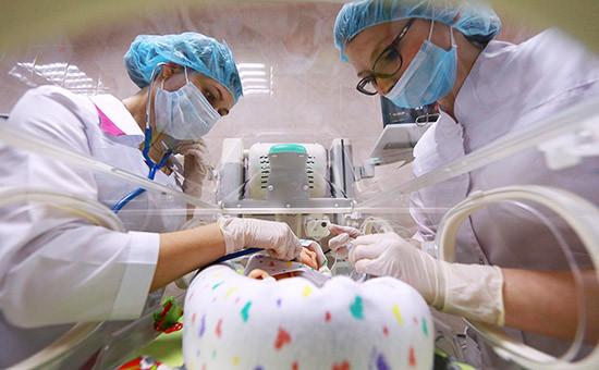Учебные занятия стажеров на манекене новорожденного в отделении реанимации. Архивное фото