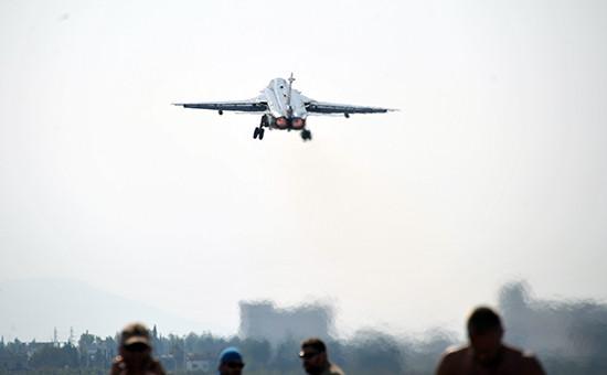 Фронтовой бомбардировщик Су-24 Воздушно-космических сил РФ взлетает савиабазы Хмеймимвсирийской провинции Латакия