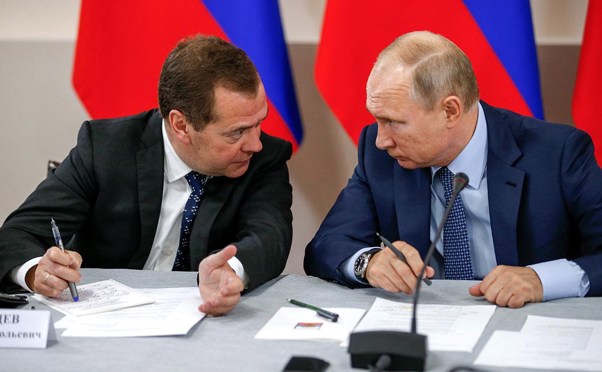 Дмитрий Медведев иВладимир Путин (слева направо)