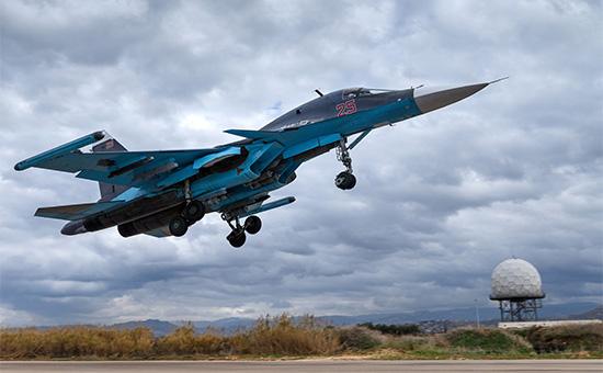 Истребитель-бомбардировщик Су-34 на авиабазе Хмеймим, Сирия