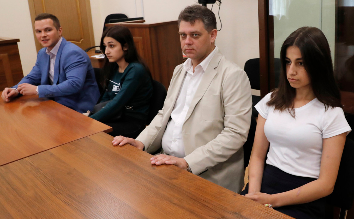 Ангелина (справа) и Крестина (вторая слева) Хачатурян