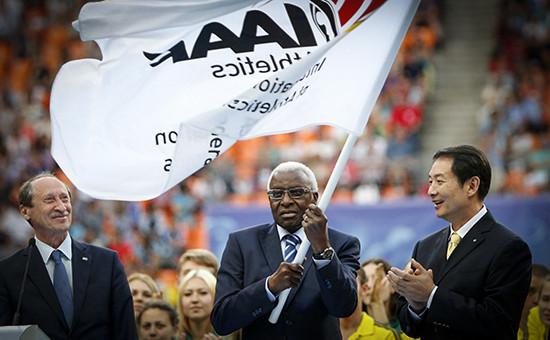 Бывший руководитель Международной федерации легкой атлетики (IAAF) Ламин Диак (в центре)