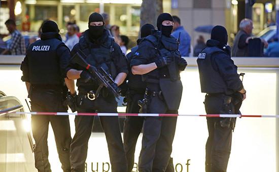 Полиция на месте стрельбы в торговом центре в Мюнхене,23 июля 2016 года