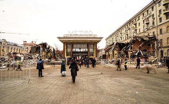 Вид наснесенные торговые павильоны у станции метро «Чистые пруды», 9 февраля 2016 года