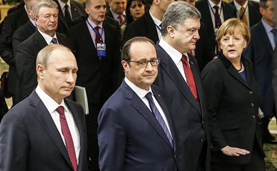 Президент России Владимир Путин, президент Франции Франсуа Олланд, президент Украины Петр Порошенко иканцлер Германии Ангела Меркель (слева направо) вовремя переговоров в«нормандском формате», 11 февраля 2015 года