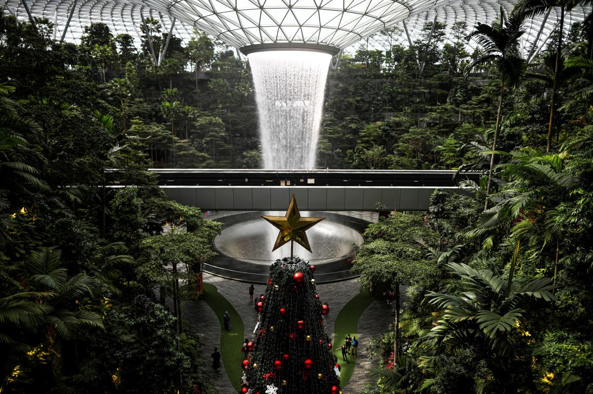 Рождественская ярмарка в международном аэропорту Чанги в Сингапуре