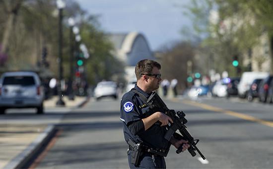 Сотрудник полиции рядом с Белым домом. Вашингтон, США