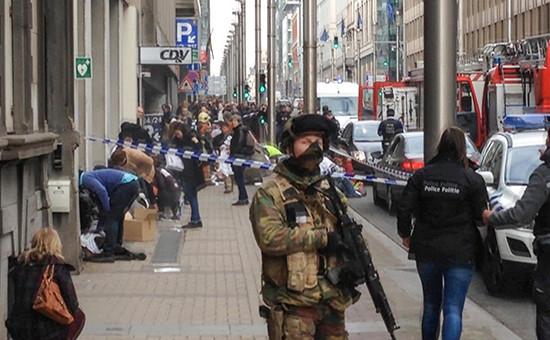 Полиция возлестанции метро вБрюсселе, гдепроизошел взрыв