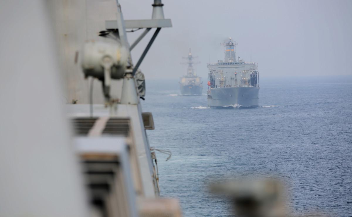 Корабль ВМС США открыл предупредительную стрельбу возле иранских катеров