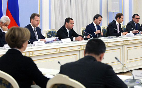 Премьер-министр РФ Дмитрий Медведев (третий слева) на совещании по вопросу взаимодействия производителей сельскохозяйственной продукции и субъектов торговой деятельности в резиденции «Горки»