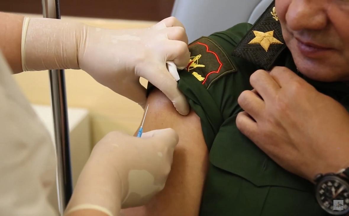 Сергей Шойгу (справа) во время вакцинации от коронавируса