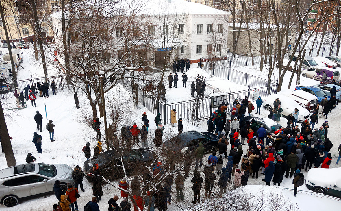 Люди у здания второго отдела полиции управления МВД России по городу Химки, где находится оппозиционный политик Алексей Навальный