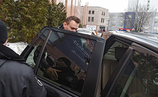 Судебные приставы ипредседатель партии «Партия прогресса» Алексей Навальный у офиса Фонда борьбы скоррупцией