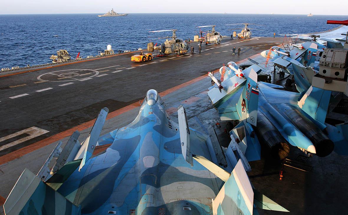 Истребители Су-33 на палубе тяжелого авианесущего крейсера «Адмирал Кузнецов»