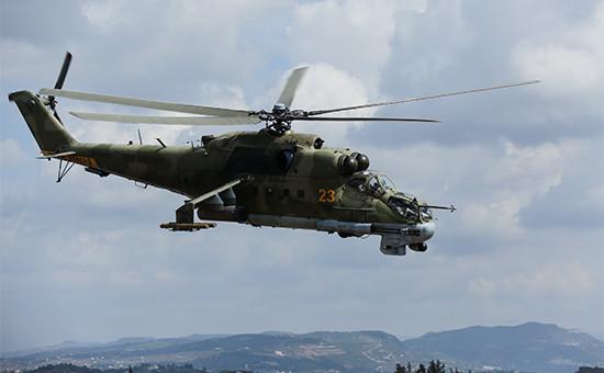 Российский ударный вертолет МИ-24 над аэродромом Хмеймим. 6 октября 2015 года