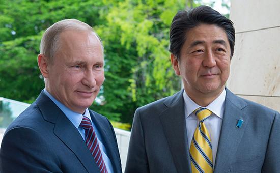 Президент России Владимир Путин (слева) и премьер-министр Японии Синдзо Абэ во время встречи,6 мая 2016 года