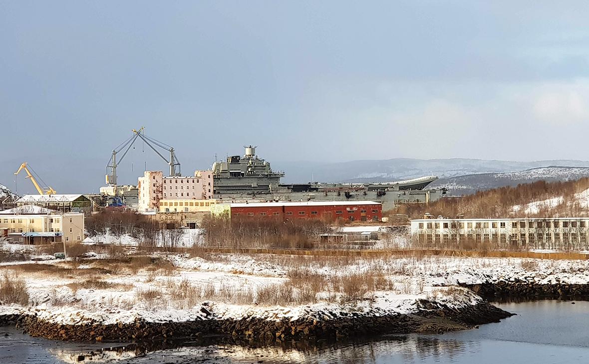 Авианосец «Адмирал Кузнецов» в плавучем докесудоремонтного завода в Росляково