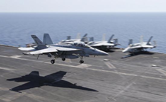 Авианосец США вПерсидском заливе, скоторого наносятся удары попозициям террористов, фото 2015года