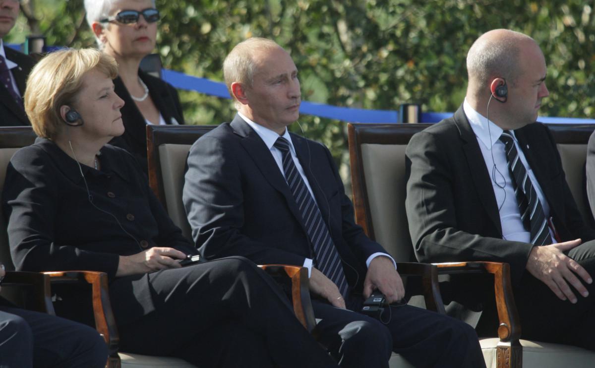 Ангела Меркель (слева) и Владимир Путин (в центре) на мероприятии, посвященном 70-летию начала Второй мировой войны. Сентябрь, 2009 год