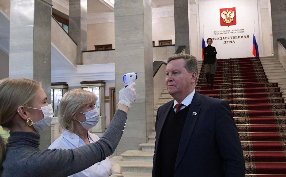 ОлегуНилову измеряют температуру в рамках профилактики коронавируса