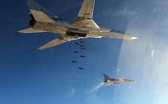 Бомбардировщики-ракетоносцы Ту-22МЗ Военно-космических сил России вовремя нанесения авиаудара пообъектам ИГ вСирии. Ноябрь 2015 года