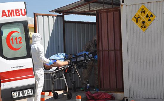 Эвакуация пострадавших от химатаки турецкими медиками. Сирия. 4 апреля 2017 года