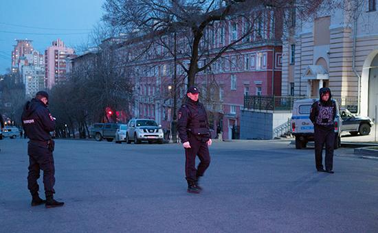Сотрудники полиции недалекоотздания приемной управления ФСБ РФ поХабаровскому краю