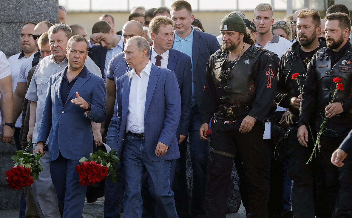 Владимир Путин и Дмитрий Медведев с участниками мотоклуба«Ночные волки» в Севастополе