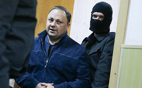 Мэр Владивостока Игорь Пушкарев (слева) перед рассмотрением ходатайства об аресте в Басманном суде