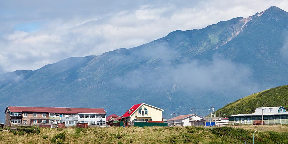 Поселок Курильск на острове Итуруп Курильской гряды