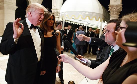 Избранный президент Дональд Трамп с супругой Меланией Трамп во время интервью журналистам на новогоднем вечере. Палм-Бич, Флорида, 31 декабря 2016 года