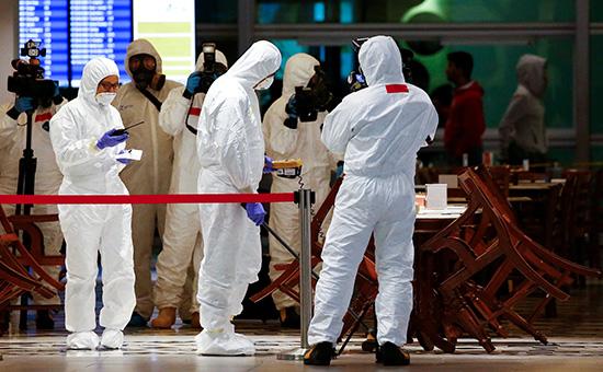 Эксперты химического департаментав аэропорту Куала-Лумпур, Малайзия