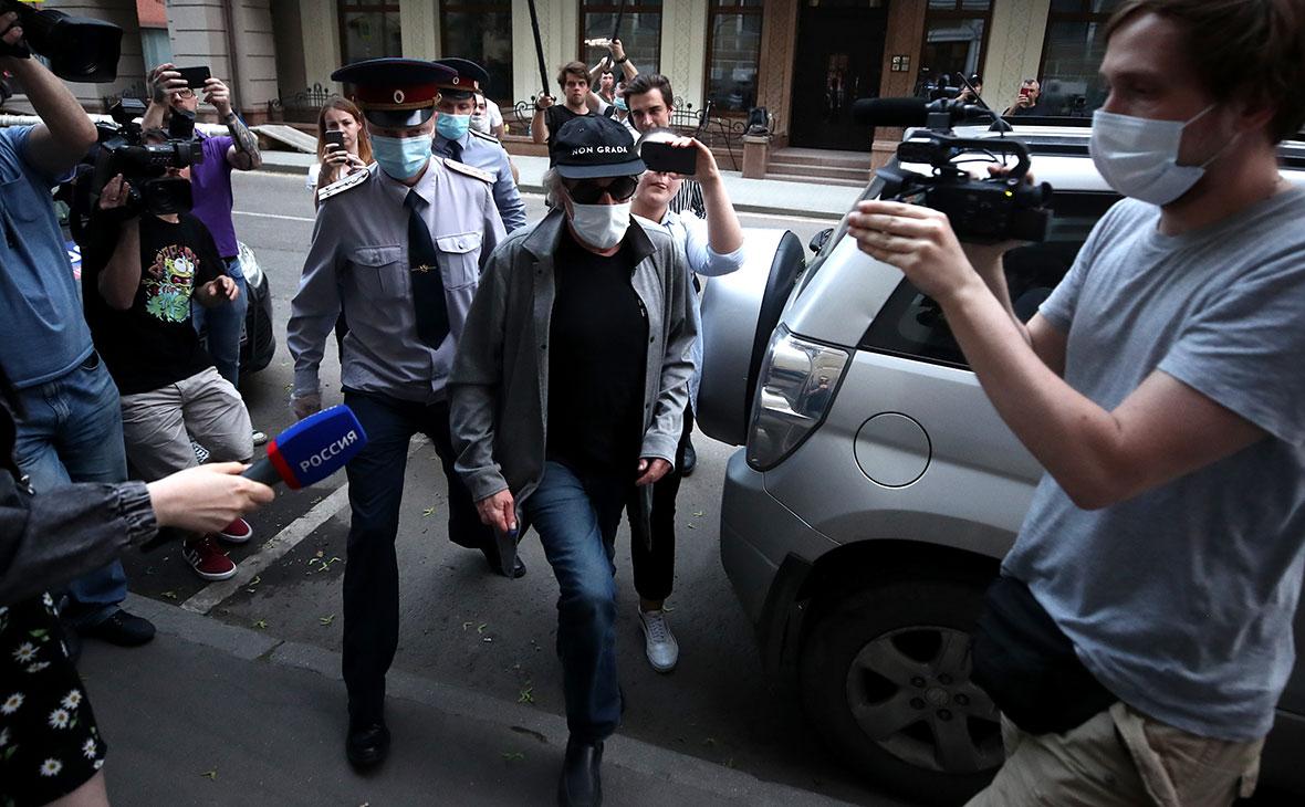 Доставка актера Ефремова после допроса по делу о сбыте наркотиков в квартиру, где он отбывает домашний арест