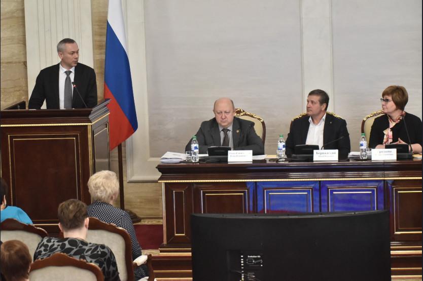 Андрей Травников напленарном заседании Общественной палаты Новосибирской области.