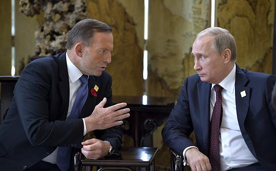 Президент России Владимир Путин (спарава) на встрече с премьер-министром Австралии Тони Эбботом на саммите АТЭС в Пекине, ноябрь 2014 г.