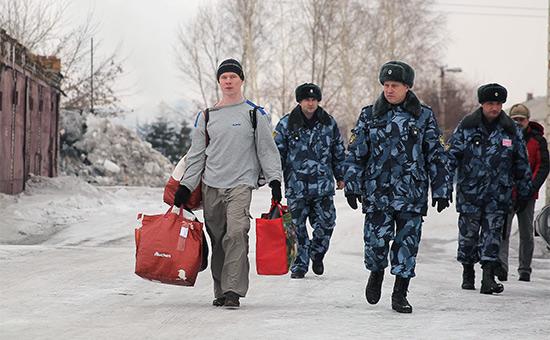 Ильдар Дадин (слева) у исправительной колонии в городе Рубцовске