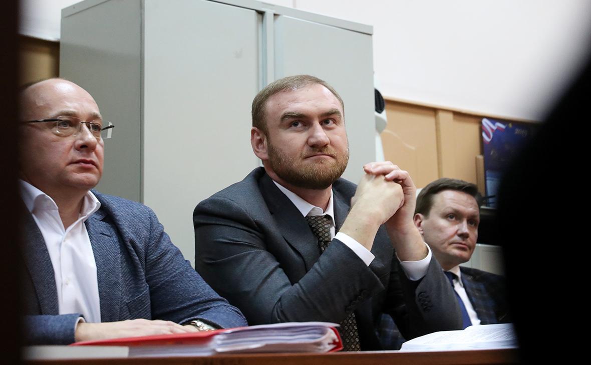 Рауф Арашуков (в центре)