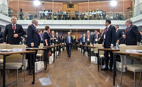 Президент России Владимир Путин (в центре) перед выступлением в рамках ежегодного семинара для региональных руководителей