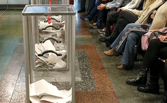 Наблюдатели ждут подсчета голосов на избирательном участке в Киеве, октябрь 2015 года