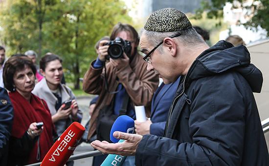 Блогер Антон Носик, обвиняемый в распространении экстремистских материалов в интернете, отвечает на вопросы журналистов у Пресненского суда Москвы