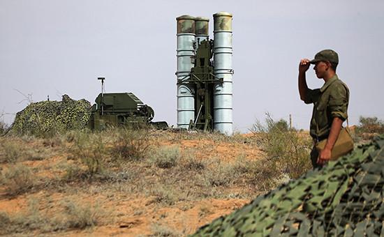 Подготовка кстрельбам зенитных ракетных систем С-400 вАстраханской области вовремя тактических учений войск Воздушно-космической обороны (ВКО) РФ