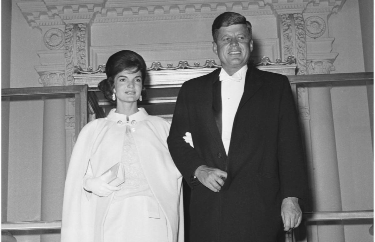 Жаклин Кеннеди в кейпе и платье Oleg Cassini и Джон Кеннеди, инаугурационный бал, 1961 год