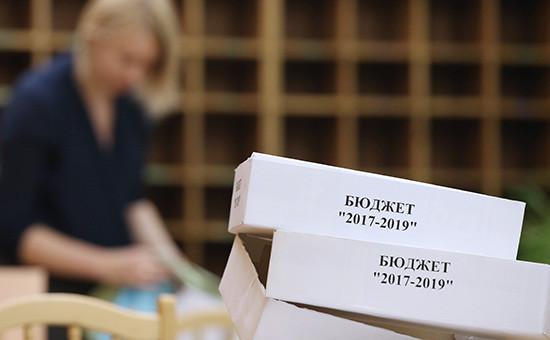 Коробки сдокументами проекта закона «О федеральном бюджете на2017 год инаплановый период 2018 и2019 годов» вДоме правительства РФ передотправкой вГосударственную думуРФ