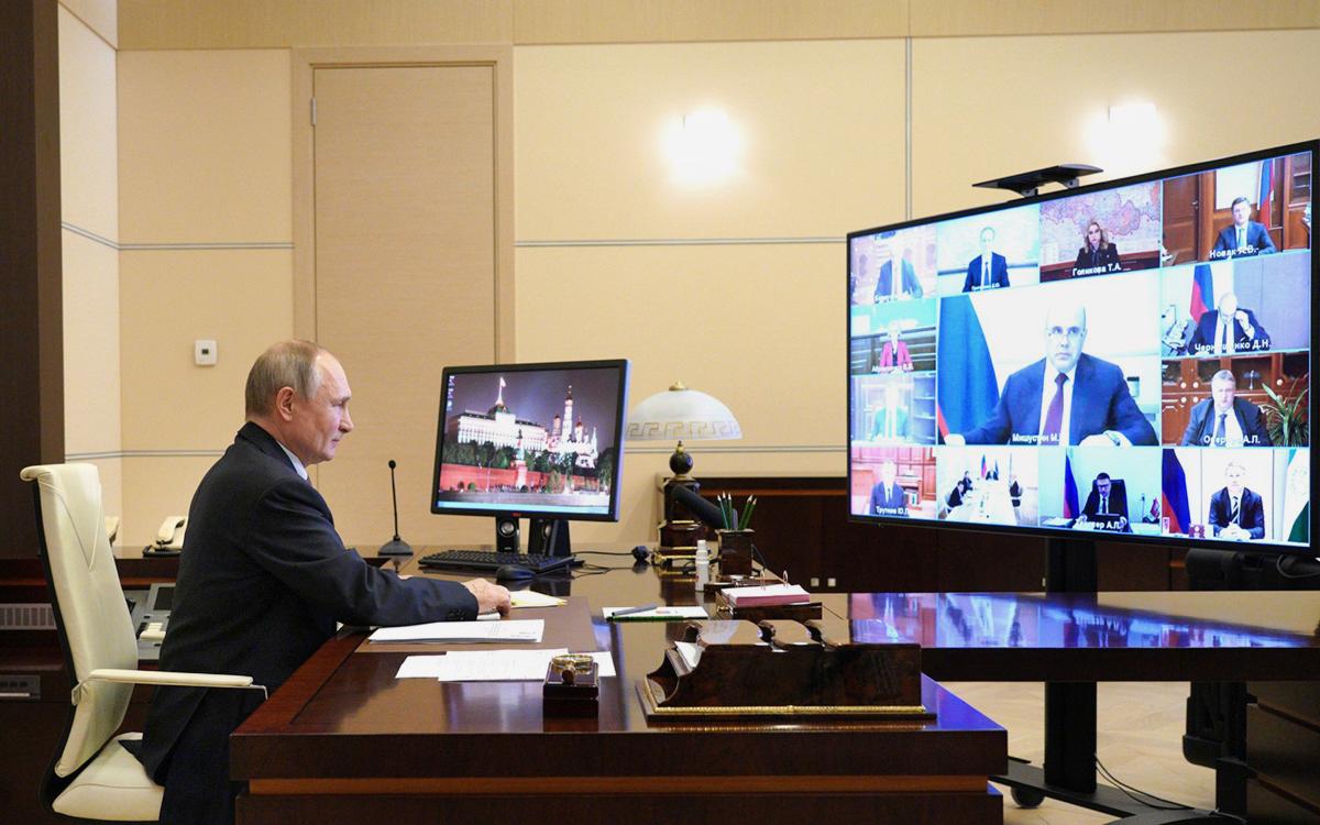 Владимир Путин во время совещания с членами правительства (в режиме видеоконференции)