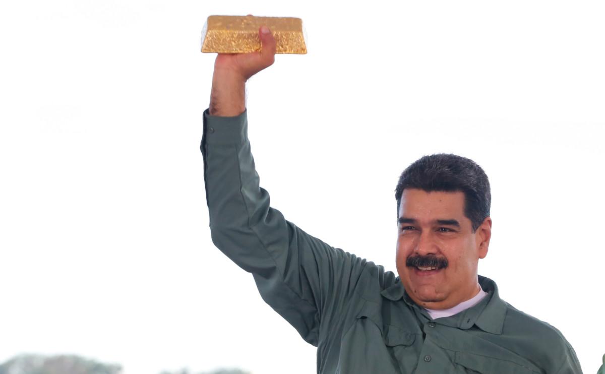 Президент Венесуэлы Николас Мадуро со слитком золота, 2017 год