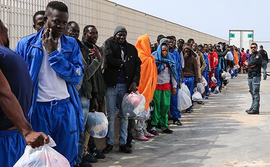 Мигранты на итальянском острове Лампедуза