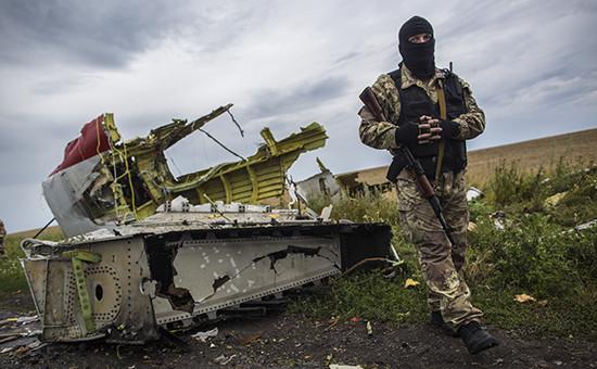 Ополченец на месте крушения лайнера Boeing 777 Малайзийских авиалиний в районе города Шахтерск Донецкой области, 18 июля 2014г.