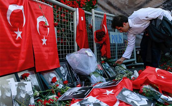 Цветы и фотографии в память о жертвах теракта в Стамбуле