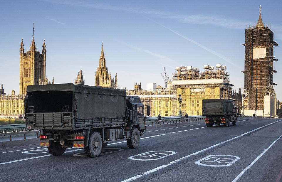 Военный транспорт с партией медицинских масок пересекает Вестминстерский мост, 24 марта