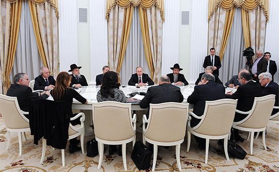Президент России Владимир Путин (в центре) во время встречи с представителями Европейского еврейского конгресса в Кремле